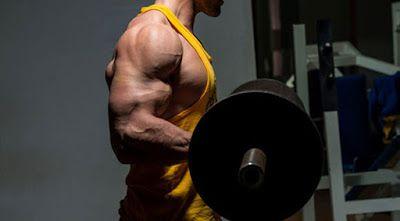 Động tác gập cơ bắp tay với tạ đơn thanh dày