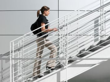 Bỏ qua việc đi thang máy đi nhé các bạn