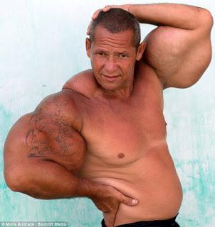 Cơ bắp không đi cùng với body khiến ông nhìn khá quái dị