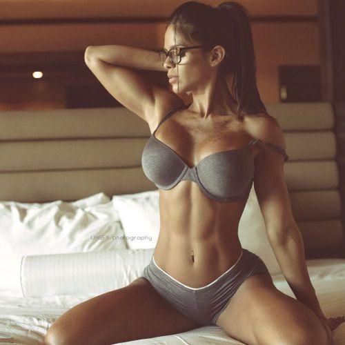 Cùng ngắm siêu mẫu Michelle Lewin khoe eo thon bụng phẳng 6 múi