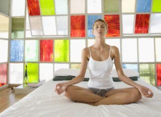 Bài tập Yoga trên giường khỏi động ngày mới tràn đầy năng lượng