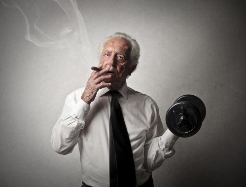 Hút thuốc khiến bạn tập khó lên cơ mà còn nhanh già nữa
