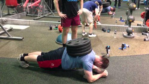 Weighted Plank - Plank với bánh tạ trên lưng