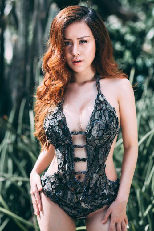 Bộ ảnh Bikini vỏ cây của bà Tưng Huyền Anh gây sốt