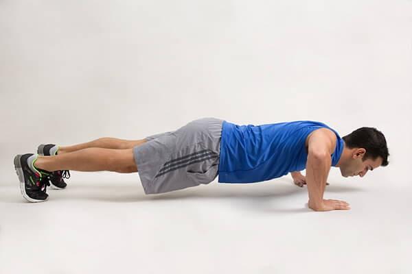 Không nên đặt vị trí tay vuông góc với cơ thể gây ảnh hưởng lên vai