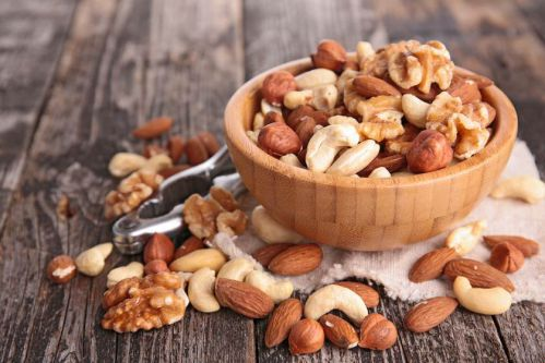 Các loại hạt như hồ trăn, hạt điều, hạt dẻ