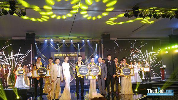 Ban giám khảo lên trao giải cho các thí sinh