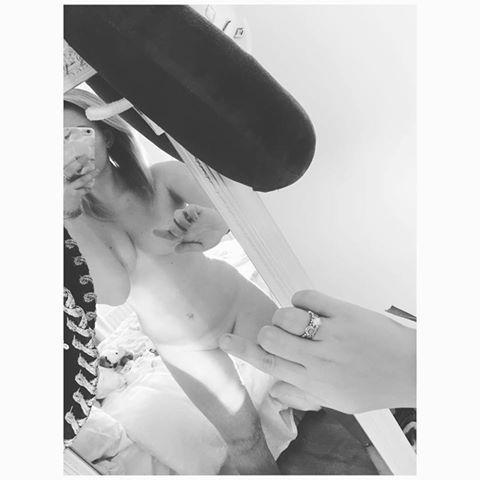 Trào lưu One Finger Selfie Challenge