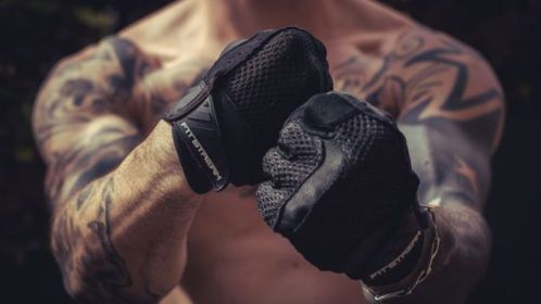 Găng tay hay phấn tay cái nào sẽ tốt hơn đối với người tập thể hình?