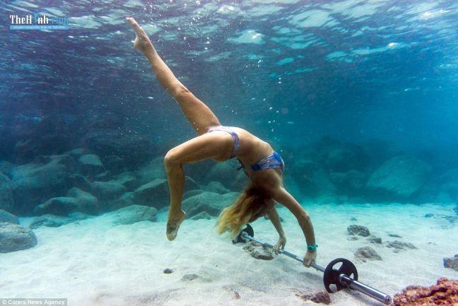 Thích thú với bộ ảnh tập gym nữ tập luyện ở.....dưới nước