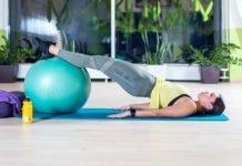 6 bài tập mông không to chân cho nữ tại nhà với 1 quả bóng