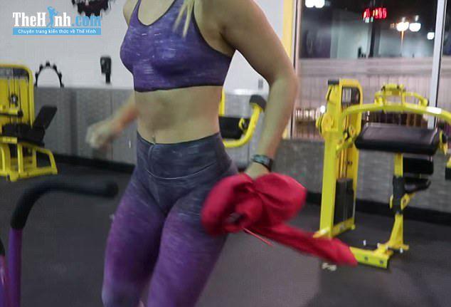 SỐT 2 cô gái khỏa thân đi tập gym mà không ai hay biết vì điều này