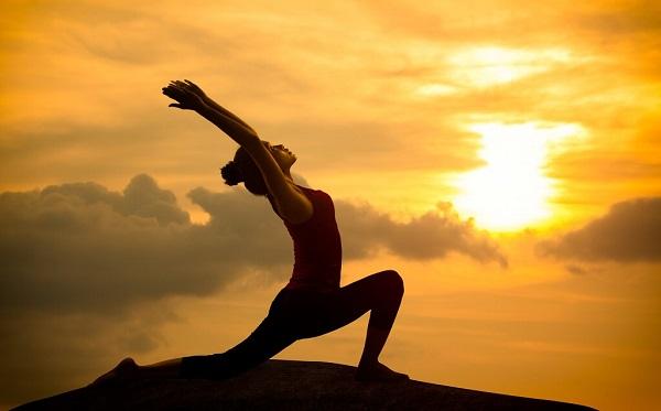 Bài tập Chào Mặt Trời là một chuỗi những tư thế yoga giảm cân kích thích hoạt động cơ thể toàn diện và đốt calo