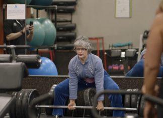 Cụ bà 83 tuổi nâng tạ 170kg khiến các thanh niên hết hồn