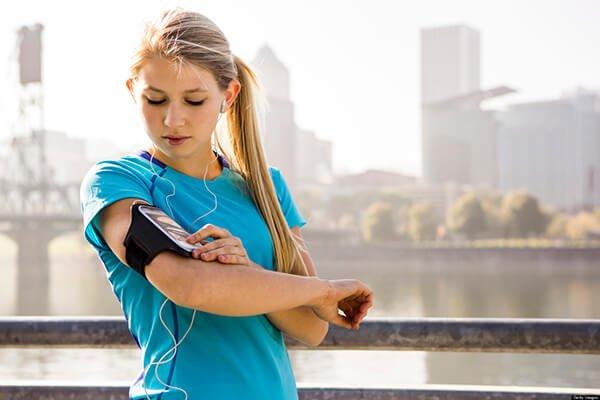 Có nên nghe nhạc khi chạy bộ không?