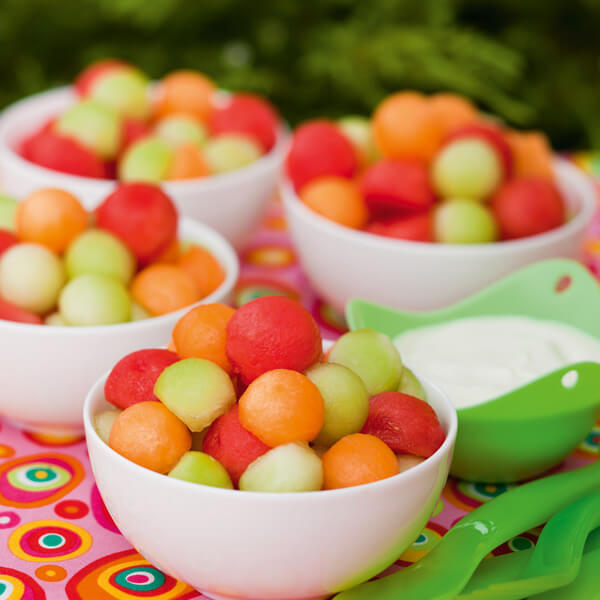 2. Ăn trái cây chứa đầy nước như dưa hấu và dưa đỏ để giữ nước